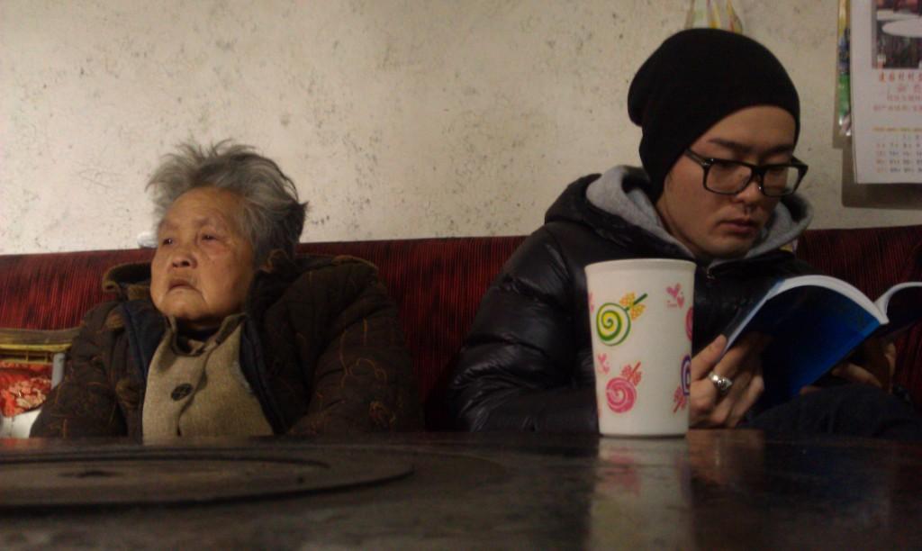 一个是洋平,一个是一个朋友的奶奶。:D